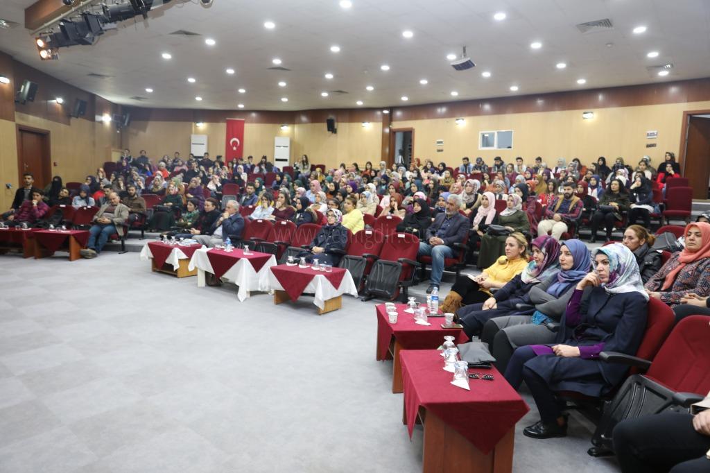 """Iğdır Üniversitesinde """"Kadın Olmak"""" Konulu Konferans Düzenlendi"""