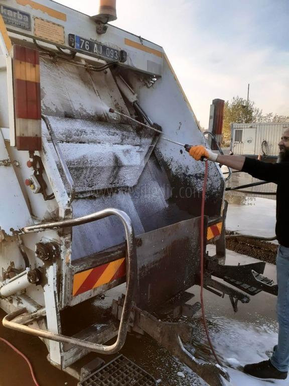 Çöp Konteynerleri ve  Araçları Dezenfekte oluyor