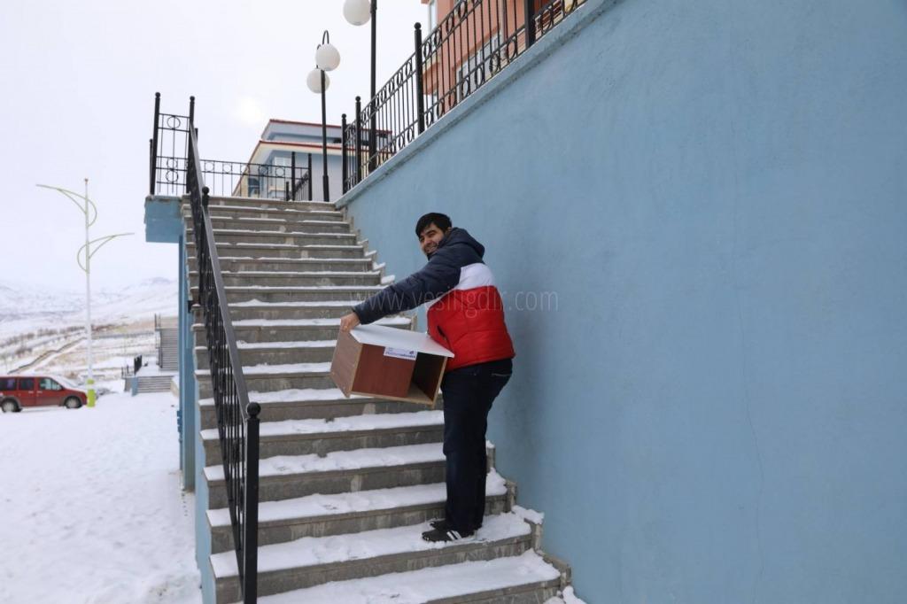 Iğdır Üniversitesi Şehit Bülent Yurtseven Kampüsü'nde kış şartlarında yaşam  mücadelesi veren kediler için kedi evleri kuruldu.