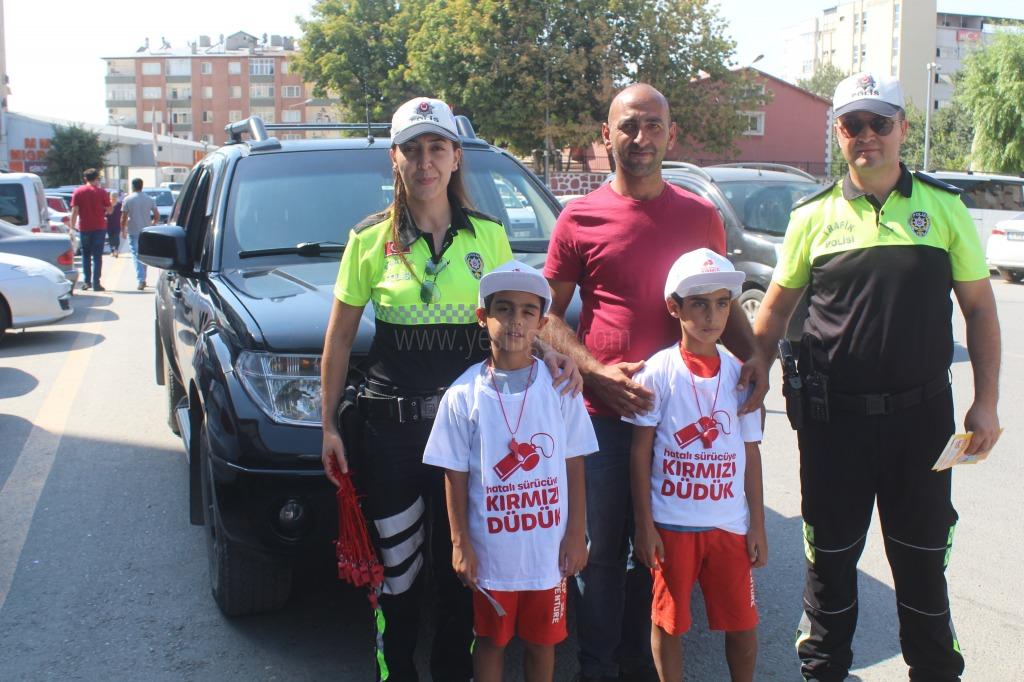 Çocuklar trafikte hata yapan ebebeyinlerini kırmızı düdükle uyaracak