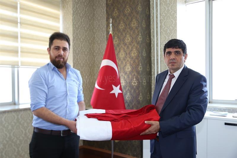 İş adamı Erbil Tavus, Iğdır Üniversitesine Türk Bayrağı Hediye Etti