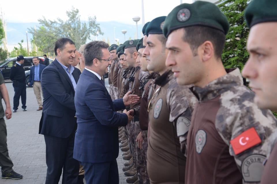 VALİ ÜNLÜ AFRİN'DEN DÖNEN KAHRAMAN POLİSLERİ  KARŞILADI