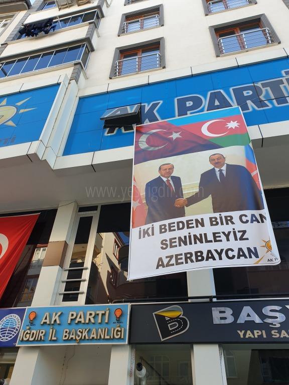 Ak Parti İl Binasına Türkiye  Azerbaycan kardeşliğinin resmî asıldı.