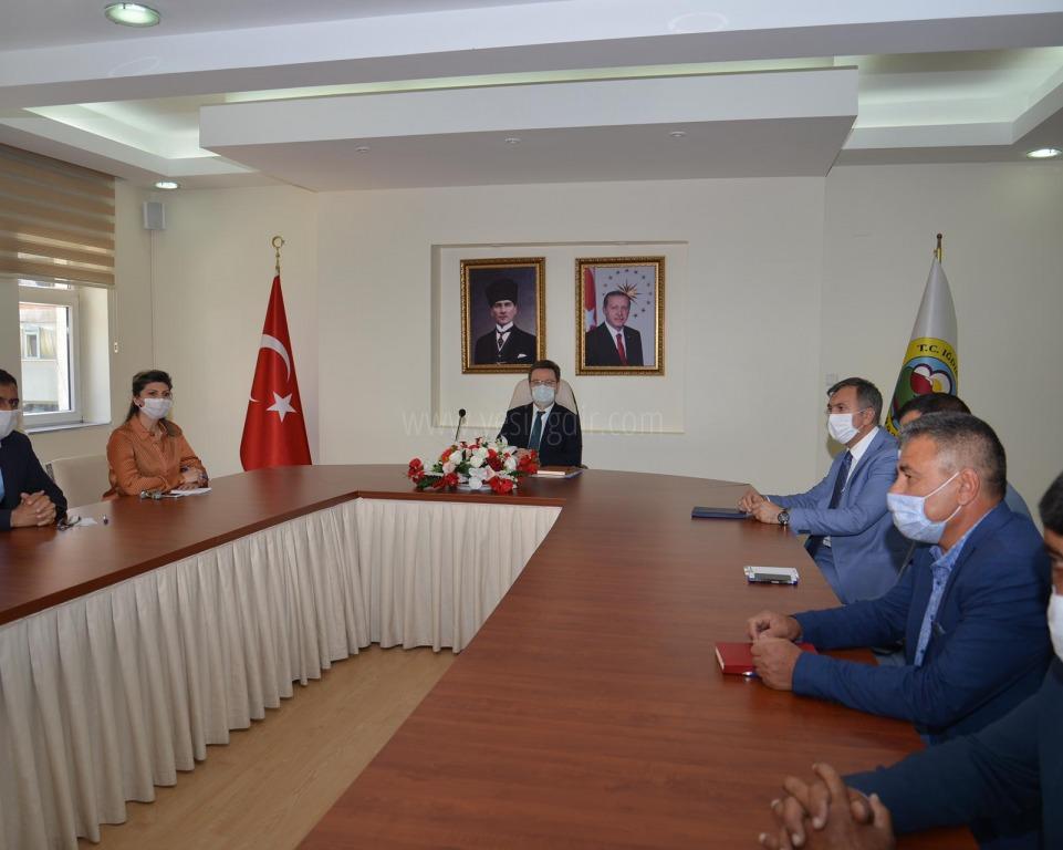 Vali/Belediye Başkan V.   Enver Ünlü'nün başkanlığında Mahalle Muhtarları ile istişare toplantısı düzenlendi.