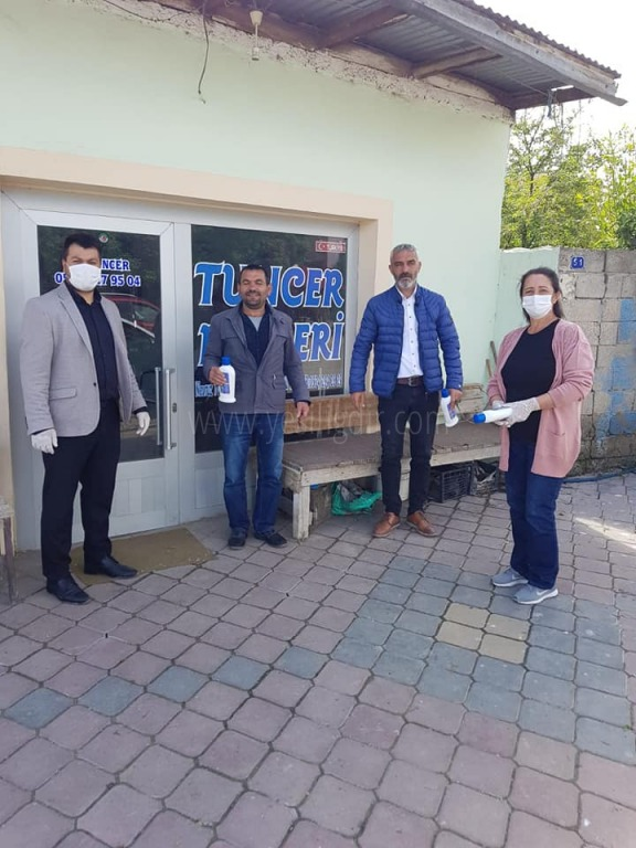 Ak Parti İlçe Başkanı Kazım Akıcı,  Esnafa dezenfektan dağıttı