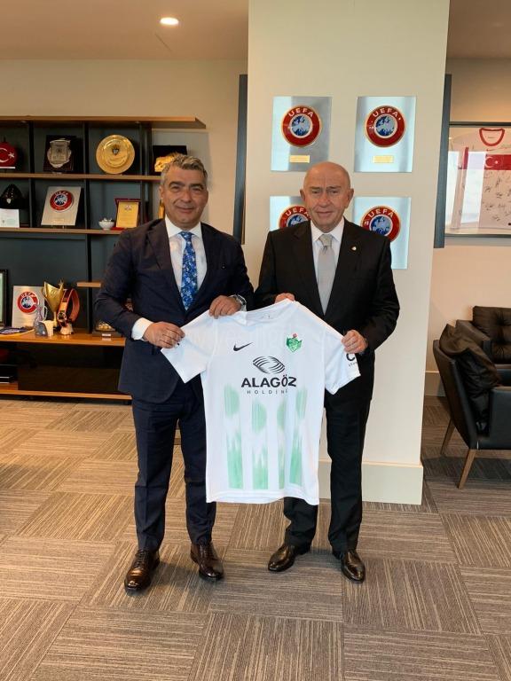 Cantürk Alagöz, Nihat Özdemir'e   Alagöz Holding Iğdırspor  FK forması hediye etti.