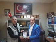 """SERDAR ÜNSAL """"SOYKIRIM """"KİTABINI CABBAR ŞIKTAŞ'A HEDİYE ETTİ"""