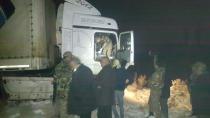 Iğdır Dilucu Sınır Kapısı'nda Ehliyetsiz TIR kullanan sürücü Jandarma'dan kaçmak isterken yakalandı.