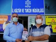 """SERDAR ÜNSAL """"SOYKIRIM """"KİTABINI  KÜLTÜR MÜDÜRÜ'NE HEDİYE ETTİ"""