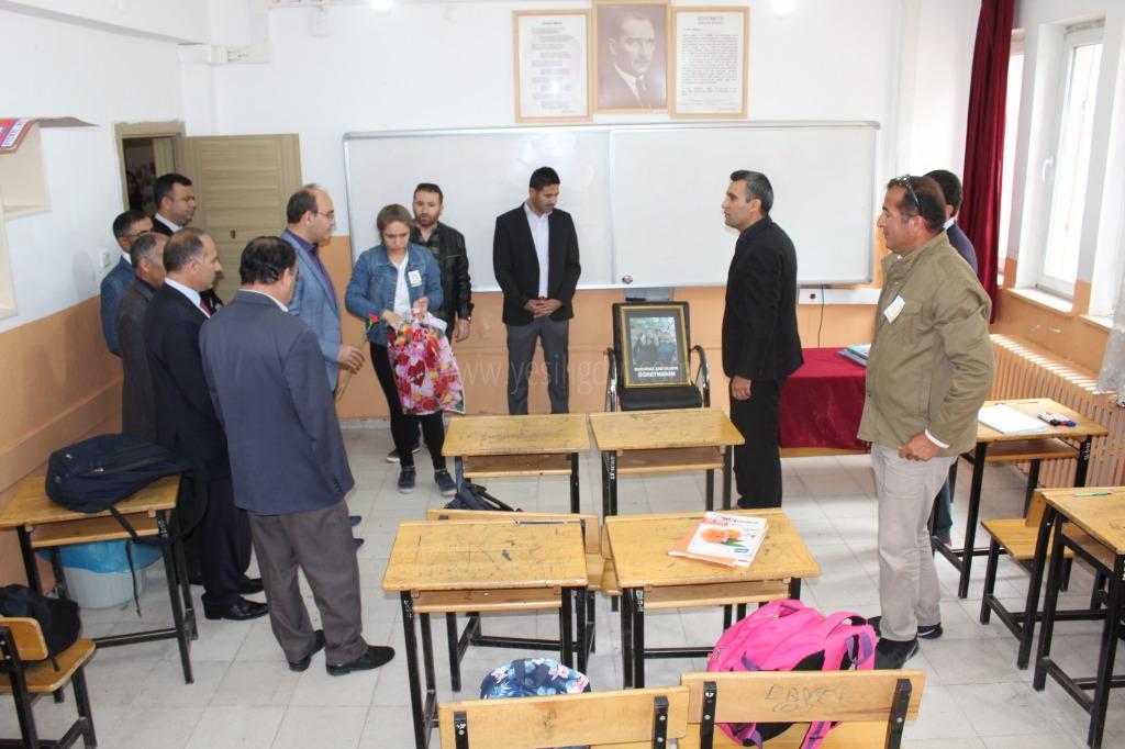 TRAFİK KAZASINDA ÖLEN ÖĞRETMENİN SINIFINA KARANFİL BIRAKILDI