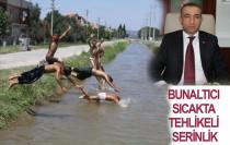 Iğdır'da çocuklar sulama kanallarında serinliyor